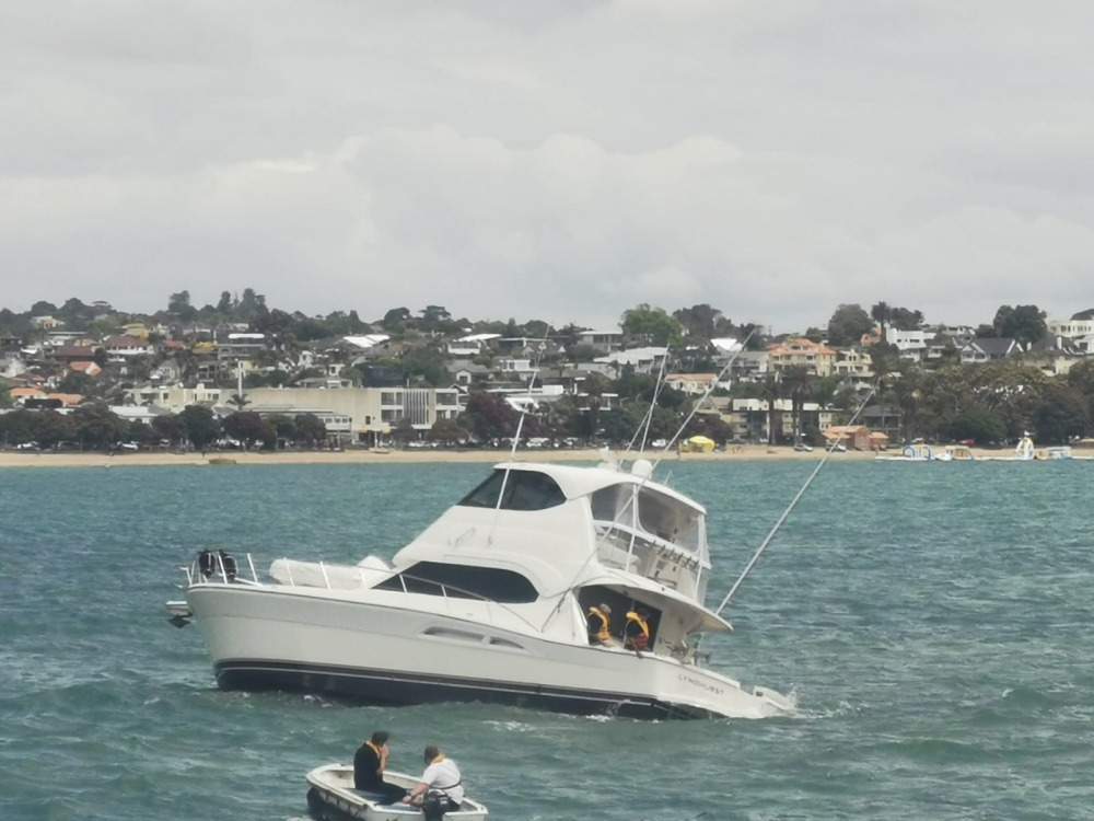 Fuller's ferry, Kekeno, went to the aid of a launch stuck on rocks off St Heliers on Wednesday 23 December.